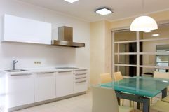 Moderne keuken met meubilair Stock Foto's