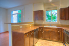Moderne keuken met roestvrij staaltoestellen stock foto's
