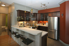 Moderne keuken met staafgebied stock foto