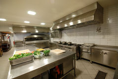 Moderne keuken in restaurant ` royalty-vrije stock afbeelding