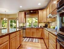 Moderne keuken rooom met eiland en granietbovenkanten Stock Foto