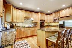 Moderne keuken rooom met eiland en granietbovenkanten Stock Foto's
