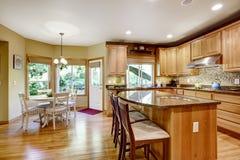 Moderne keuken rooom met eiland en granietbovenkanten Royalty-vrije Stock Afbeeldingen