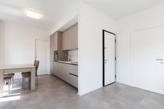 Moderne keuken in totale witte flat royalty-vrije stock foto