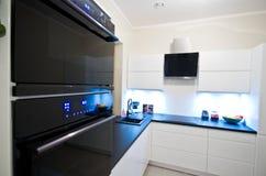 Moderne keuken in wit Royalty-vrije Stock Afbeeldingen