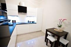 Moderne keuken in wit Stock Fotografie