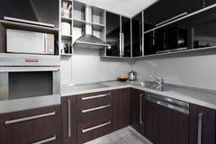Moderne keuken in zwarte en wenge kleuren Stock Afbeelding