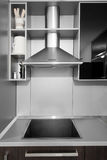 Moderne keuken in zwarte en wenge kleuren Royalty-vrije Stock Afbeelding