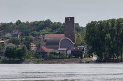 Moderne Kirche auf der Donau Stockfotos