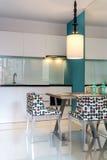 Moderne kleine keukensectie Stock Afbeeldingen