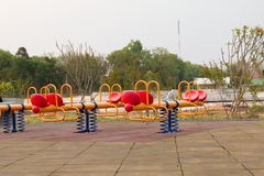 Moderne kleurrijke kinderenspeelplaats in openbaar park Royalty-vrije Stock Afbeeldingen