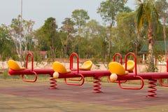 Moderne kleurrijke kinderenspeelplaats in openbaar park Stock Afbeeldingen