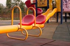 Moderne kleurrijke kinderenspeelplaats in openbaar park Stock Fotografie