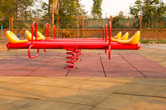Moderne kleurrijke kinderenspeelplaats in openbaar park Stock Foto