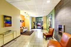 Moderne lounge met de muurversiering van het glasblok stock foto