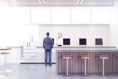 Moderne koffie met computers en een bar, mensen Stock Afbeelding
