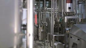 Moderne komplexe technologische industrielle Ausrüstung an einer Brauerei steadycam Schuss stock footage