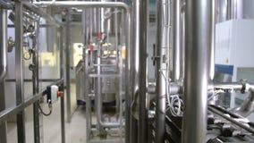 Moderne komplexe technologische industrielle Ausrüstung an einer Brauerei steadycam Schuss stock video