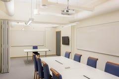 Moderne Konferenz/Konferenzzimmer lokalisiert Weiße Bürotisch- und Blaustühle Die goldene Taste oder Erreichen für den Himmel zum lizenzfreie stockfotos