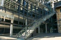 Moderne Konstruktionsbüros mit Treppen lizenzfreie stockfotos