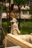 Moderne Kopie des antiken hölzernen Katapults Stockbilder
