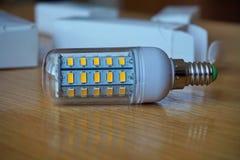 Moderne Kosten sparende ökologische Birne LED (lichtemittierende Diode) in der blauen Farbe Stockfotografie