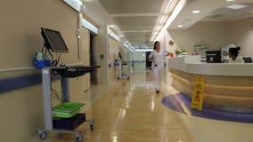 Moderne Krankenhaushalle stock footage