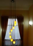 Moderne kroonluchter binnenshuis Stock Afbeeldingen