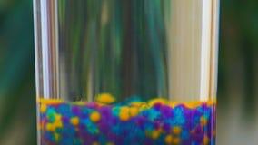 Moderne Kunst, bunte Lumineszenzblasen, die in Lavalampe, Nahaufnahme hochschieben stock footage