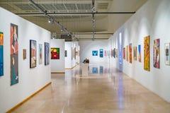 Moderne kunstgalerieruimte met schilderijen stock foto