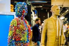 Moderne kunstinstallatie van een kleurrijk abstract vrouwenstandbeeld in Fico Eataly Stock Foto