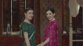 Moderne lächelnde Frauen im Sari, der Kamera gegenüberstellt stock video