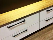 Moderne ladenkast met houten bovenkant Stock Foto's