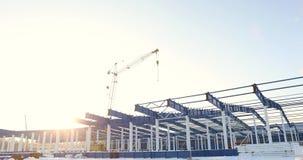 Moderne LagerhausBaustelle, die Baustahlstruktur eines neuen Handelsgebäudes gegen ein klares Blau stock video