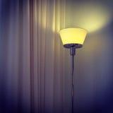 Moderne lamp in een donkere ruimte Stock Foto's