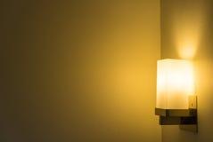 Moderne Lampe auf der Wand Stockbild