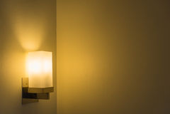 Moderne Lampe auf der Wand Stockfoto