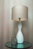 Moderne Lampe und Kerze Lizenzfreie Stockfotografie