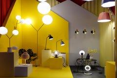 Moderne Lampe, wenn Ausstellungsraum beleuchtet wird stockfotografie