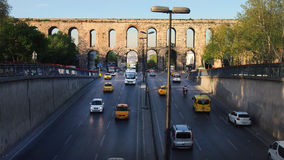 Moderne Landstraße auf dem Hintergrund des alten römischen Aquädukts stockfotos