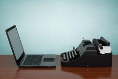 Moderne Laptop-Computer mit antiker Schreibmaschine Wiedergabe 3d Lizenzfreie Stockfotos