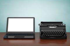 Moderne Laptop-Computer mit antiker Schreibmaschine Wiedergabe 3d Lizenzfreie Stockbilder