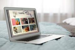 Moderne laptop met open kokende blog royalty-vrije stock foto