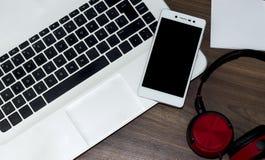 Moderne laptop, smartphone en hoofdtelefoons stock afbeelding