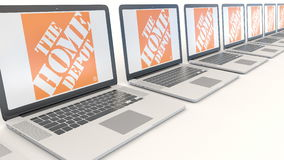 Moderne laptops met het Home Depot-embleem Computertechnologie het conceptuele redactie 3D teruggeven Stock Foto's