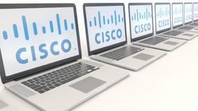 Moderne Laptops mit Cisco Systems-Logo Wiedergabe des Computertechnologiebegriffsleitartikels 3D Stockfotos