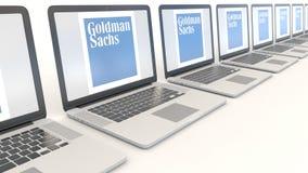 Moderne Laptops mit dem Goldman Sachs Group, Inc. zeichen Klipp des Computertechnologiebegriffsleitartikels 4K, nahtlose Schleife stock video