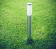 Moderne Laterne auf dem Rasen Stockfotografie