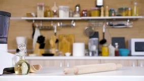 Moderne lege keuken met verschillende kokende toebehoren stock footage