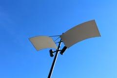 Moderne LEIDENE lamppost met het wijzen van op panelen stock foto